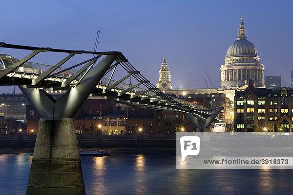 Millennium Bridge über der Themse und St. Paul's Cathedral bei Nacht  London  England  Großbritannien  Europa