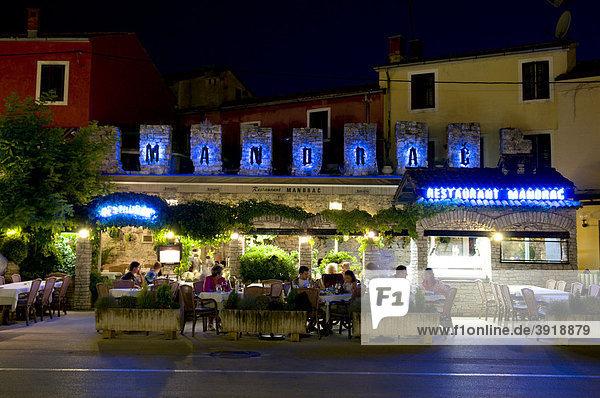 Restaurant in der Altstadt  Nachtaufnahme  Novigrad  Istrien  Kroatien  Europa