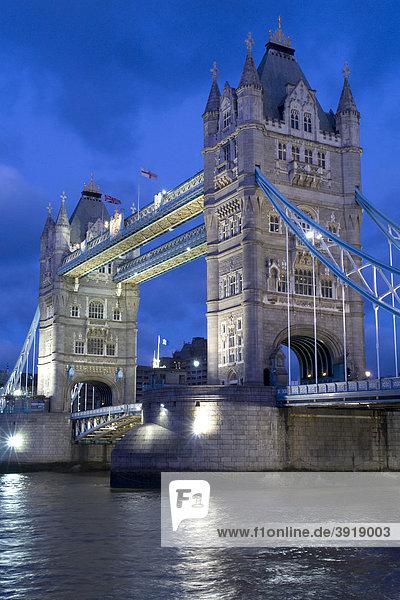 Nachtaufnahme der Tower-Bridge  London  England  Großbritannien  Europa
