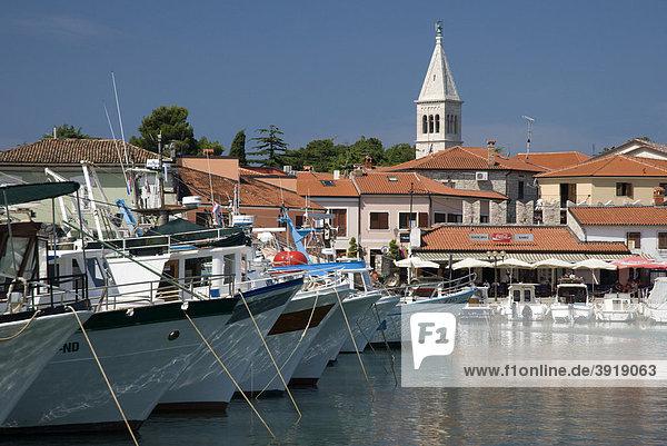 Hafen und Ortsansicht  Novigrad  Istrien  Kroatien  Europa