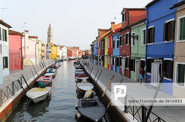 Kanal mit farbiger Häuserfront  Burano  Venedig  Venetien  Italien  Europa