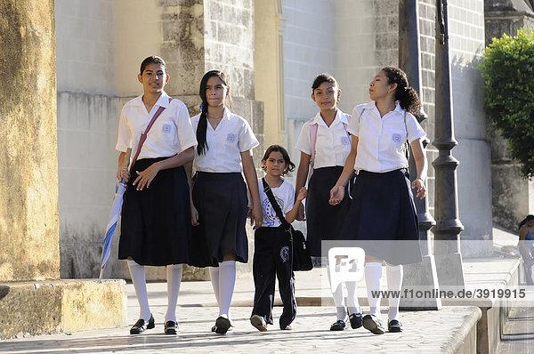 Schülerinnen gehen zur Schule  Leon  Nicaragua  Zentralamerika