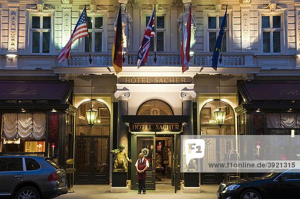 Hotel Sacher bei Dämmerung  Wien  Österreich  Europa