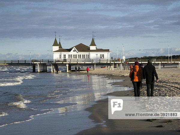 Strand  Spaziergänger  Seebrücke  Ahlbeck  Insel Usedom  Mecklenburg-Vorpommern  Deutschland  Europa
