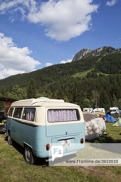 Altes Volkswagen Wohnmobil auf einem alpinen Campingplatz Altes Volkswagen Wohnmobil auf einem alpinen Campingplatz