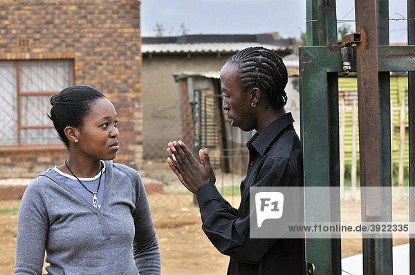 Jugendliches Pärchen streitet und versöhnt sich  loveLife Youth Centre  Armenviertel  Township Orangefarm  Johannesburg  Südafrika  Afrika