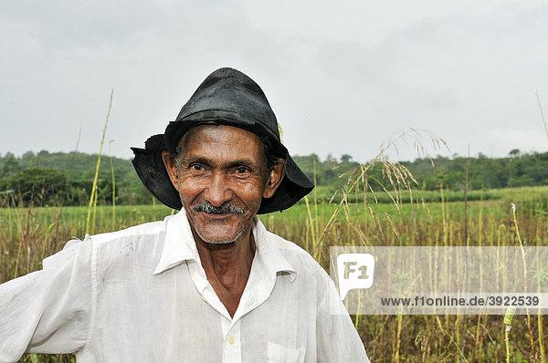 Portrait eines Bauern  Siedlung der brasilianischen Landlosenbewegung Movimento dos Trabalhadores Rurais sem Terra  MST  Assentamento 14 de Agosto  Campo Verde  Mato Grosso  Brasilien  Südamerika