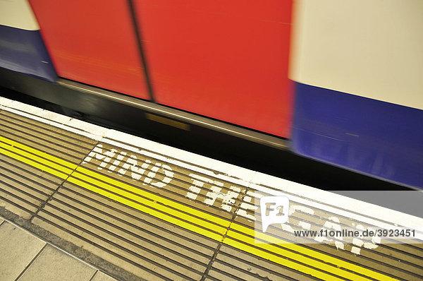 U-Bahn  Underground  bei der Einfahrt in die Station Monument  Mind the gap  London  England  Vereinigtes Königreich  Europa