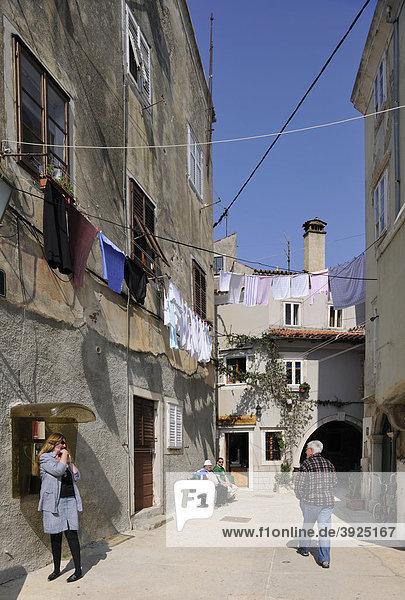 Gasse in der Stadt Cres  Kroatien  Europa