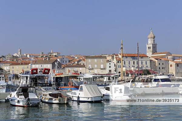Blick über den Hafen auf die Stadt Krk  Kroatien  Europa