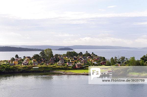 Insel mit typisch norwegischen Häuser im Oslofjord  Norwegen  Skandinavien  Nordeuropa