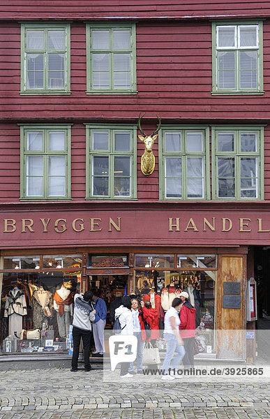 Geschäft im Hafenviertel Bryggen  Bergen  Norwegen  Skandinavien  Nordeuropa