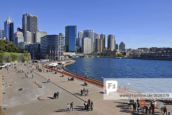 Touristen  Blick auf Sydney Cove  Circular Quay  Hafen  Sydney Skyline  Central Business District  Sydney  New South Wales  Australien