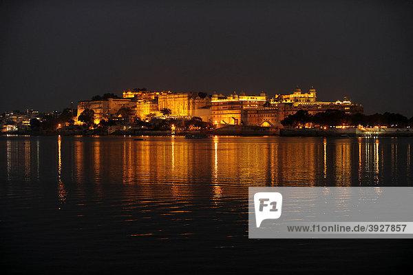 Blick über den Pichola-See auf den Stadtpalast von Udaipur bei Nacht  Udaipur  Rajasthan  Nordindien  Indien  Südasien  Asien