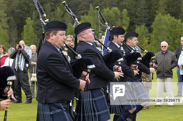 Das Grampian Police Pipe Band Dudelsack-Orchester am Schloss Balmoral Castle  Aberdeenshire  Schottland  Vereinigtes Königreich  Europa