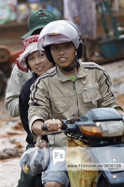 Regenfeste Mopedfahrer in Dliya im Distrikt Dolisa der Provinz Daklak  Vietnam  Südostasien