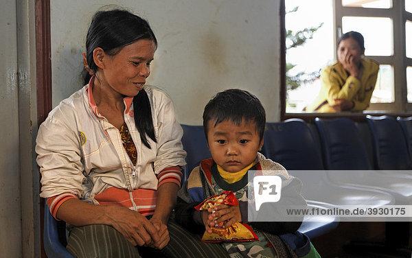 Eine Frau mit ihrem 3 Jahre alten Sohn wartet im Distrikt-Krankenhaus auf einen Behandlungstermin in Krong Nang im Distrikt Dolisa der Provinz Daklak  Vietnam  Südostasien