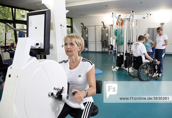Patienten beim Muskelaufbautraining an verschiedenen Kraftmaschinen im Trainingsraum  Krankengymnastik  Physiotherapie in einem neurologischen Rehabilitationszentrum  Bonn  Nordrhein-Westfalen  Deutschland  Europa