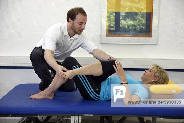 Krankengymnastische Übungen  Physiotherapie in einem neurologischen Rehabilitationszentrum  Bonn  Nordrhein-Westfalen  Deutschland  Europa
