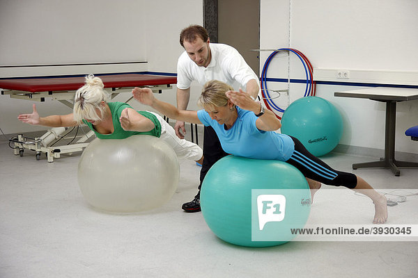 Krankengymnastische Übungen mit Hilfe von Therapie-Gymnastikbällen  Physiotherapie in einem neurologischen Rehabilitationszentrum  Bonn  Nordrhein-Westfalen  Deutschland  Europa