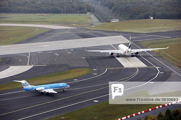 Flughafen Düsseldorf International  Emirates Airbus A330 auf dem Taxiway zur Startbahn  dahinter KLM Cityhopper Fokker 70  Düsseldorf  Nordrhein-Westfalen  Deutschland  Europa