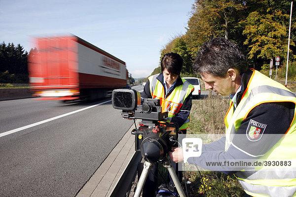 Polizeibeamte der Autobahnpolizei errichten eine Radarmessstelle an der Autobahn A2 zur Geschwindigkeitskontrolle  Deutschland  Europa