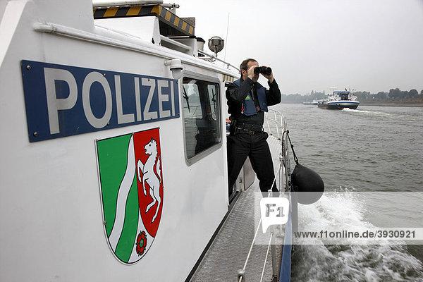Einsatzboot der Wasserschutzpolizei bei einer Streifenfahrt auf dem Rhein bei Duisburg  Nordrhein-Westfalen  Deutschland  Europa Einsatzboot der Wasserschutzpolizei bei einer Streifenfahrt auf dem Rhein bei Duisburg, Nordrhein-Westfalen, Deutschland, Europa
