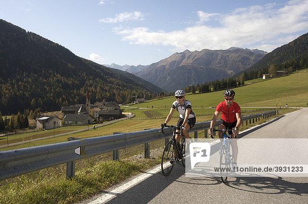 Rennrad-Fahrerin und Fahrer auf Penserjochstraße bei Pennes  Südtirol  Italien  Europa