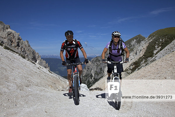 Mountain bike riders at the Kreuzjoch mountain gorge  Fodara Vedla basin  Parco naturale Fanes-Sennes-Braies  Veneto  South Tyrol  Italy  Europe