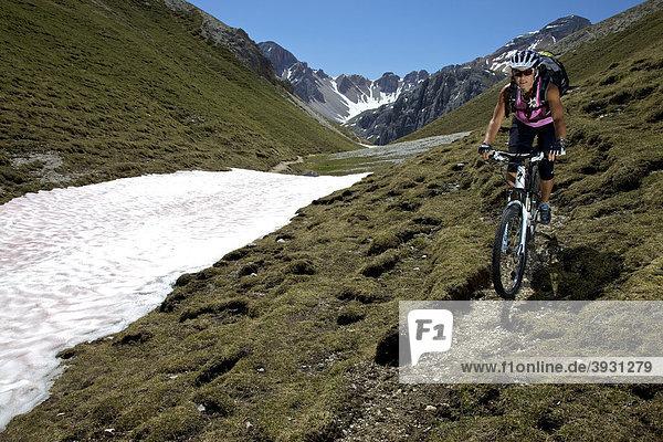 Mountainbike-Fahrerin auf Trail im Naturpark Fanes-Sennes-Prags  Trentino  Südtirol  Italien  Europa