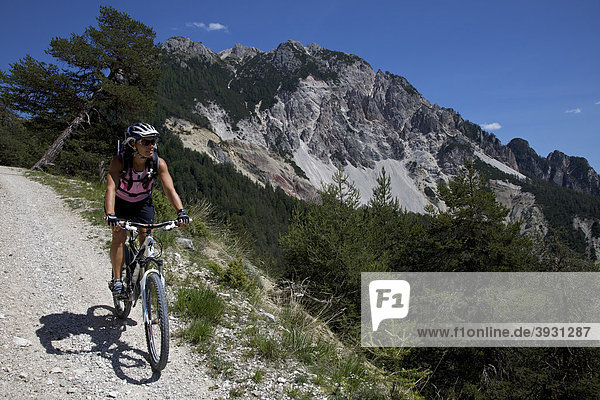 Mountain bike rider in the Val Fojedoera  Naturpark Fanes-Sennes-Prags  Trentino  South Tyrol  Italy  Europe