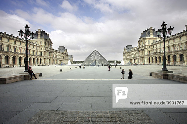 MusÈe du Louvre  Cour Napoleon  Paris  France  Europe