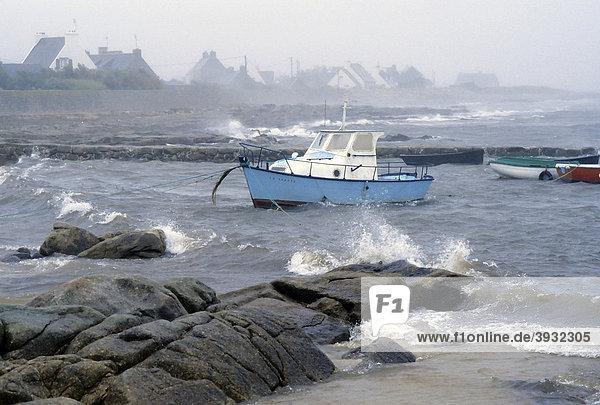 Felsküste mit kleinem Boot  schaukelt in den Wellen  stürmische See  St-GuÈnolÈ  Penmarch  FinistËre  Bretagne  Frankreich  Europa