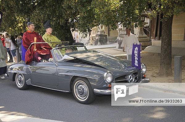 Priester fährt in der Prozession mit einem Mercedes  hochgeklappte Kühlerhaube  damit man den Fahrer kaum sieht  Hirano Schrein  Kyoto  Japan  Asien