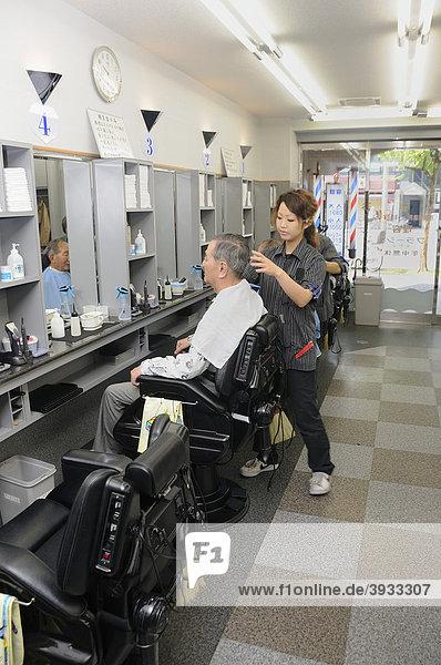 Moderner Frisörsalon mit Sesseln  in denen alle Werkzeuge in der Rückenlehne aufbewahrt werden können  Kyoto  Japan  Ostasien  Asien