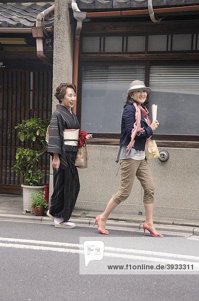 Modern und traditionell angezogene Japanerin  Kyoto  Japan  Ostasien  Asien