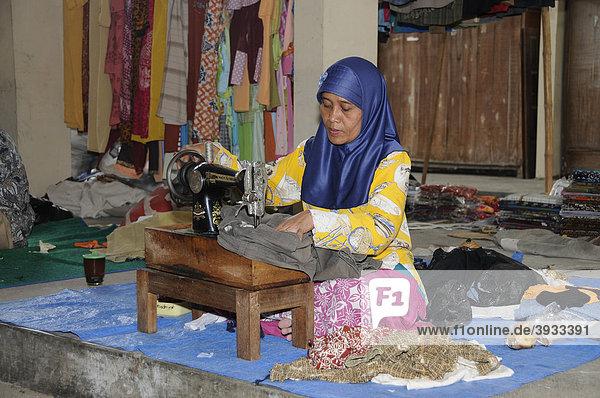 Schneiderin mit einer Handnähmaschine auf einem Wochenmarkt in der Nähe von Yogjakarta  Mitteljava  Indonesien  Südostasien