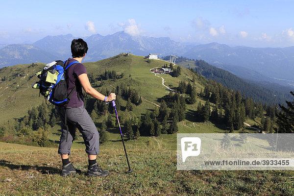 Wanderin blickt über die Zwieselalm  Salzkammergut  Oberösterreich  Österreich  Europa