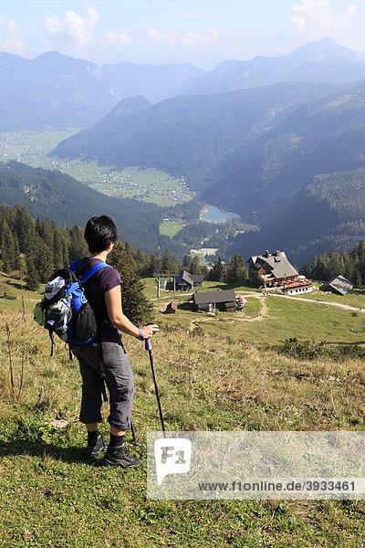 Wanderin blickt auf Almhütten und ins Gosautal  Zwieselalm  Salzkammergut  Oberösterreich  Österreich  Europa
