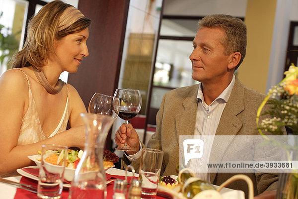 Paar beim Mittagessen