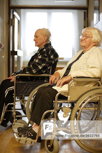 Zwei alte Leute im Rollstuhl