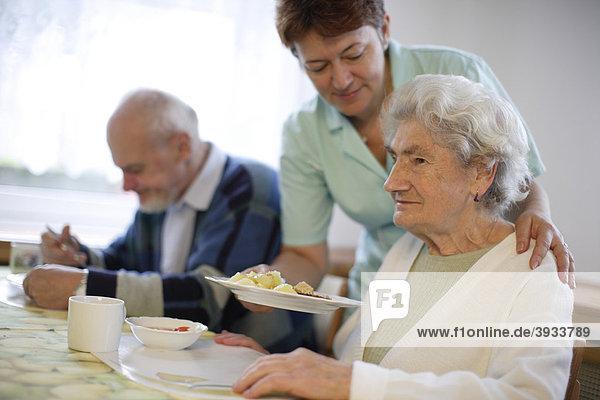 Alte Frau mit Pflegerin
