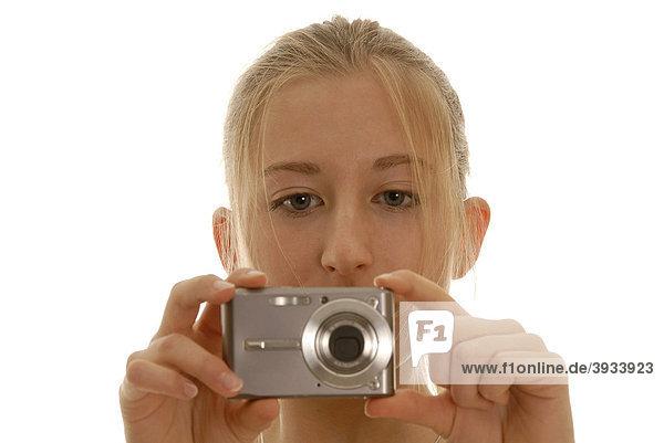 Achtzehnjährige Frau mit Digitalkamera