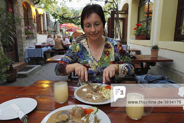 Frau beim Essen  Buschenschank  Buschenschenke Kicker  Rust am Neusiedler See  Burgenland  Österreich  Europa