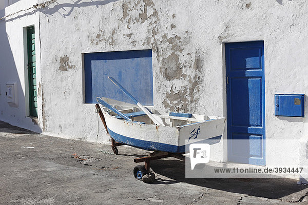 Kleines Fischerboot vor Haus  Caleta de Famara  Lanzarote  Kanarische Inseln  Kanaren  Spanien  Europa