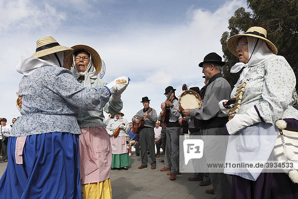 Traditional folk music during the Sunday market  Teguise  Lanzarote  Canary Islands  Spain  Europe
