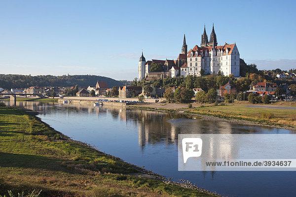 Albrechtsburg von der gegenüberliegenden Elbseite aus  die Elbe hat sehr niedriges Wasser  in Meißen  Sachsen  Deutschland  Europa