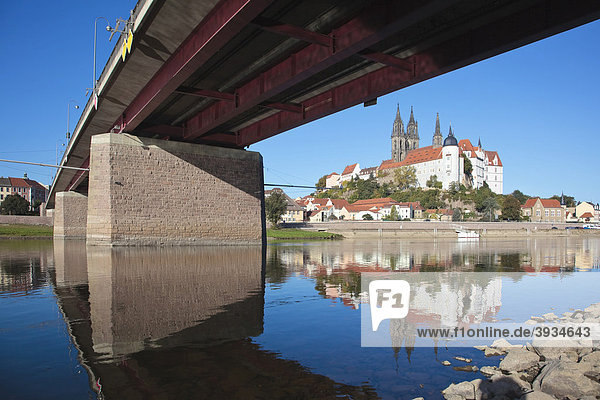 Albrechtsburg von der gegenüberliegenden Elbseite aus  mit Teil der Elbebrücke  die Elbe hat sehr niedriges Wasser  in Meißen  Sachsen  Deutschland  Europa