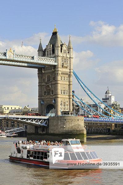 Blick über die Themse mit dem Sightseeing Schiff Red River Rover und die neo-gotische Tower Bridge  London  England  Großbritannien  Europa