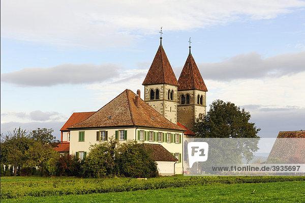 Die romanische Säulenbasilika St. Peter und Paul in Niederzell auf der Insel Reichenau  Landkreis Konstanz  Baden-Württemberg  Deutschland  Europa